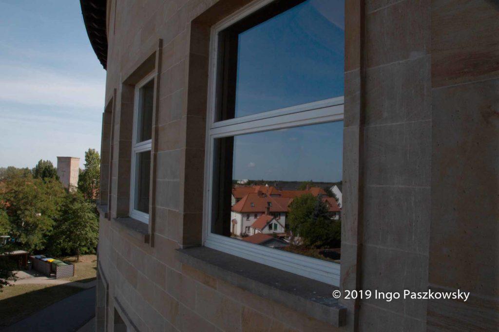 Rathaus Bitterfeld-Wolfen. 99 große Holzfenster bestimmen die Optik des Gebäudes, dessen Fassade aus gelbem Pfälzer Sandstein besteht. / Foto: Ingo Paszkowsky