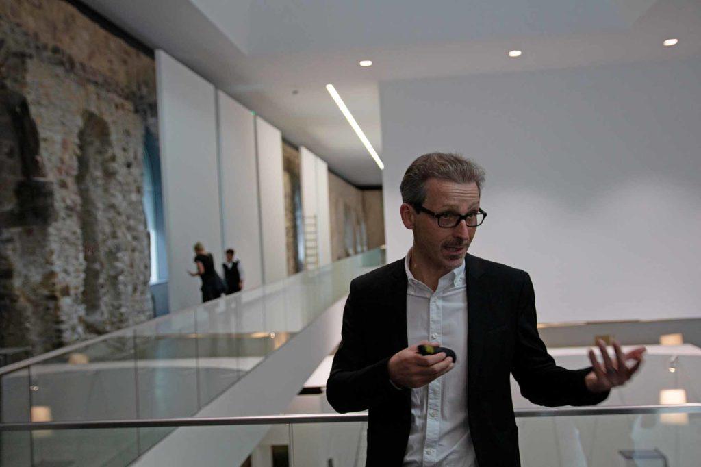 Thomas Bauer-Friedrich, Direktor Kunstmuseum Moritzburg, erläutert das Ausstellungskonzept. / Foto: Ingo Paszkowsky