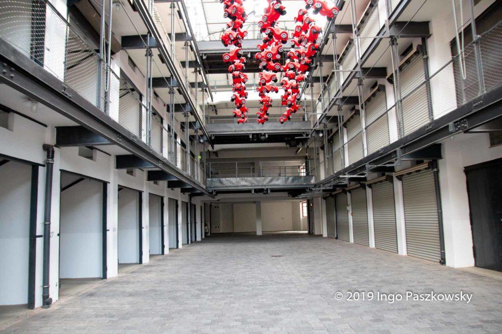Großgarage Süd in Halle. Die kleinen roten Autos stammen von einer temporären Kunstaktion. / Foto: Ingo Paszkowsky
