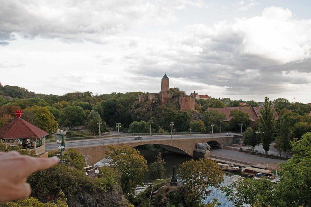 """Mit ihren vier wohlgeformten Bögen und den riesigen Tierplastiken """"Kuh und Pferd"""" ist die Giebichensteinbrücke ein beliebtes Fotomotiv in Halle. / Foto: Ingo Paszkowsky"""