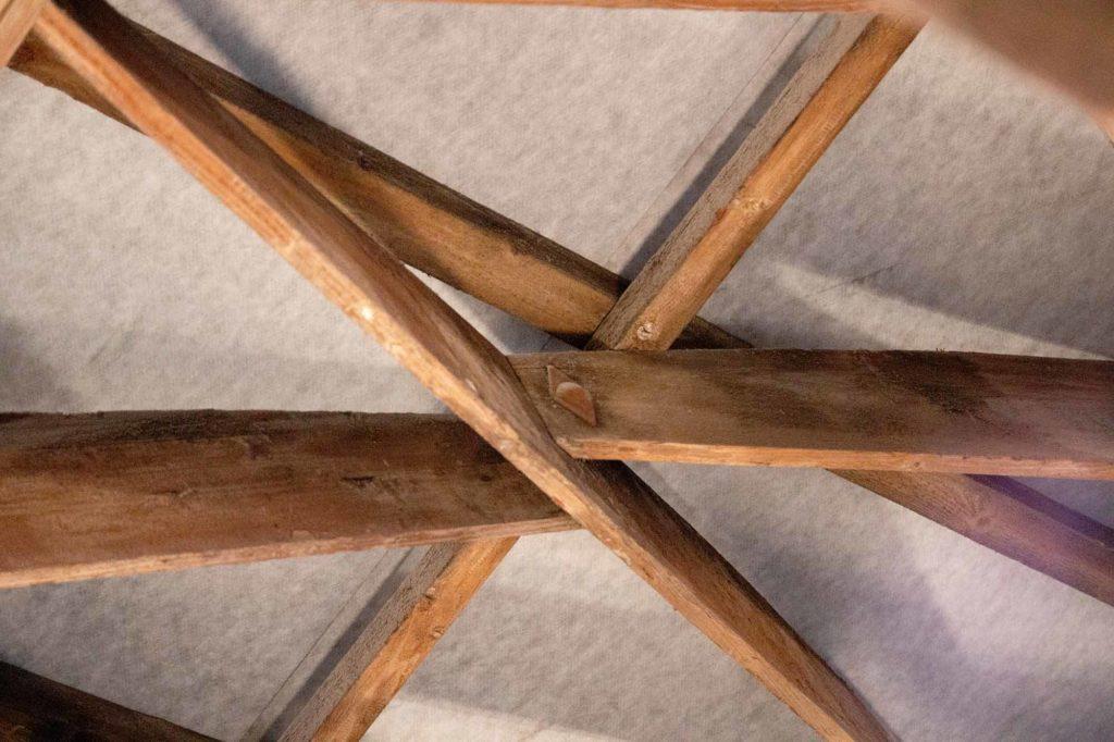 In Merseburg wandte der Architekt erstmals seine gewölbte Dachkonstruktion an, das berühmte und elegante Zollingerdach mit seinem von Lamellen getragenem Gewölbe. Zentrales Element sind meist nur 2,5 Zentimeter starkes Bretter, deren eine Längskante gebogen geschnitten und dessen Schmalseiten abgeschrägt sind. Zu Rauten zusammengefügt bilden die Bretter eine netzartige Struktur. / Foto: Ingo Paszkowsky