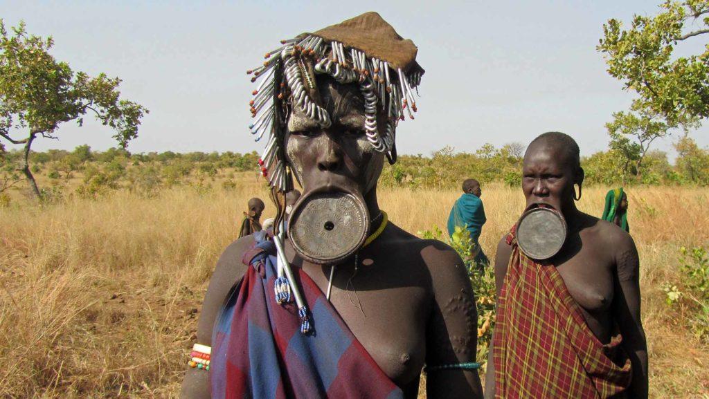 Die Mursi sind bekannt für die Lippenteller der Frauen, bei den Mursi dhebi genannt. Die Musi leben im Süden Äthiopiens. / Foto: pixabay / PeterW1950