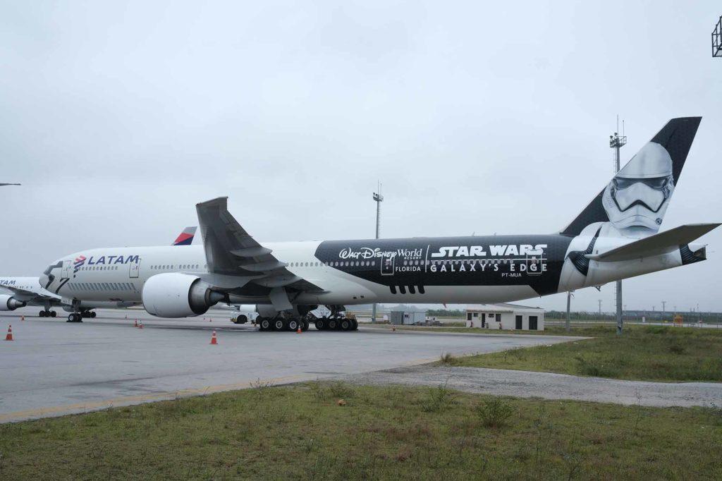 LATAM Boeing 777 mit Star Wars-Sonderlackierung. / Foto: LATAM / Rodrigo Guimarães Divulgação