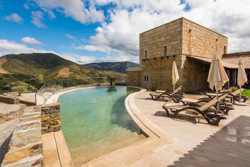 Obwohl das Haus neu erbaut wurde, fügt es sich wie selbstverständlich in seine Umgebung ein. / Foto: Vila Gale / tpc.46graus.com