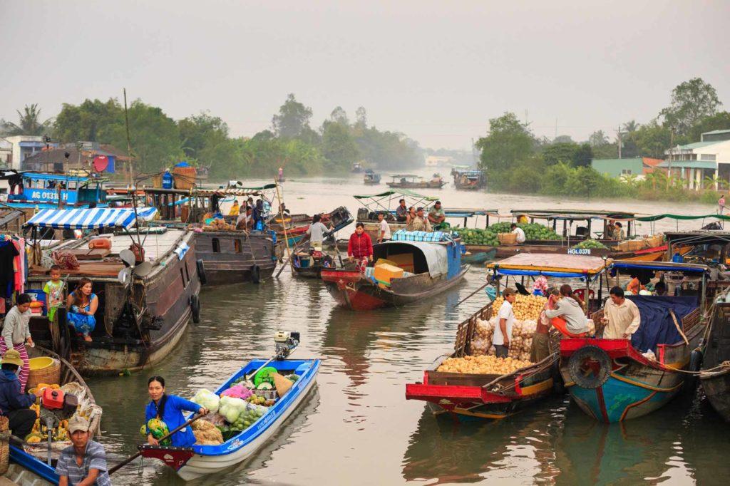 Die schwimmenden Märkte auf dem Mekong sind ein beliebtes Ziel für Backpacker. Hier mischt man sich unter das einfache Volk, probiert exotische Früchte und Gerichte, feilscht mit den Händlern und erlebt Vietnam hautnah. / Pixabay.com © Quangpraha CCO Public Domain