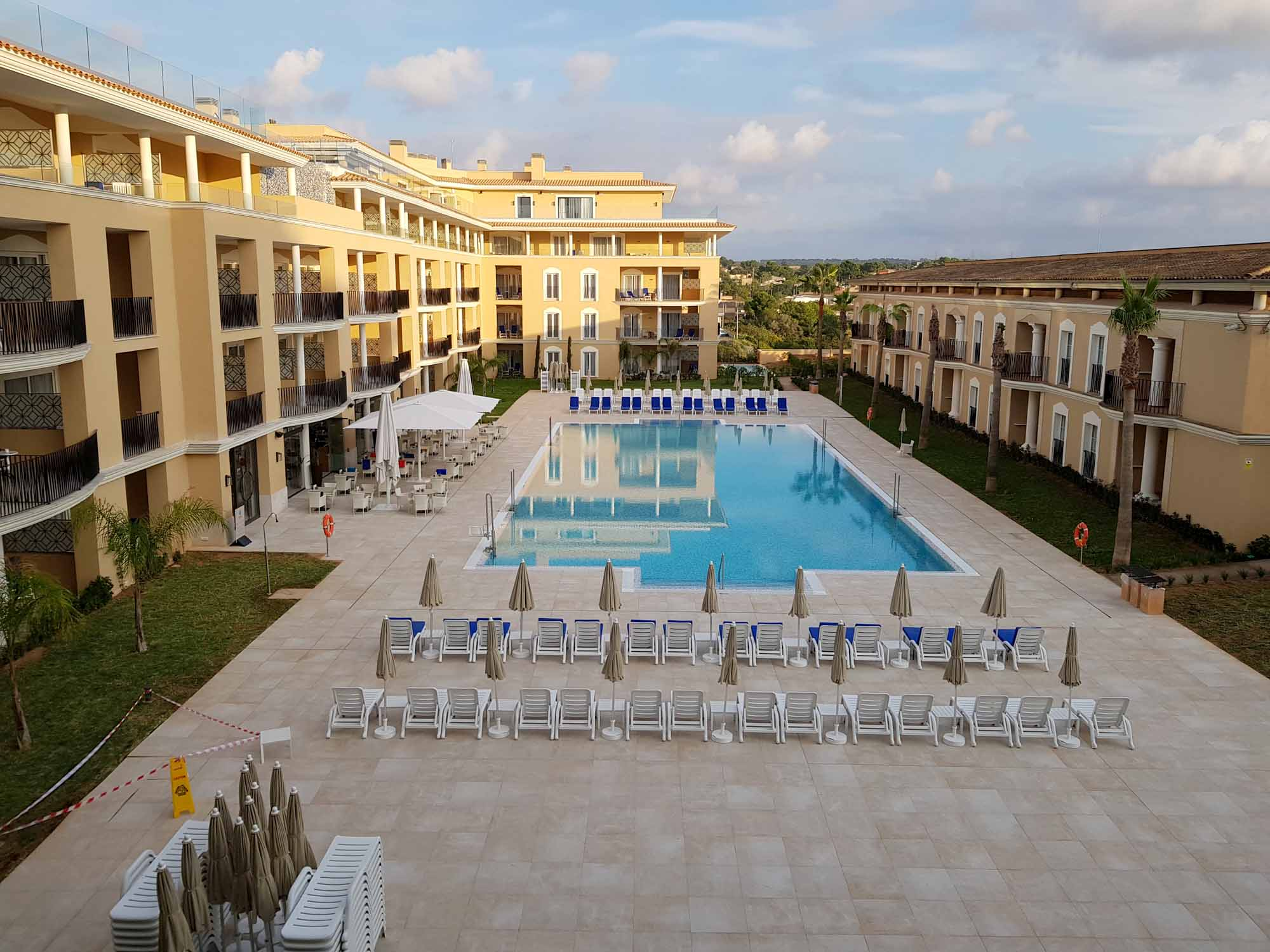 Das Grupotel Playa de Palma Prestige Suites & Spa. Ein erst im Frühjahr 2019 fertiggestellter Neubau mit Pool auf dem Dach / Foto: Ingo Paszkowsky