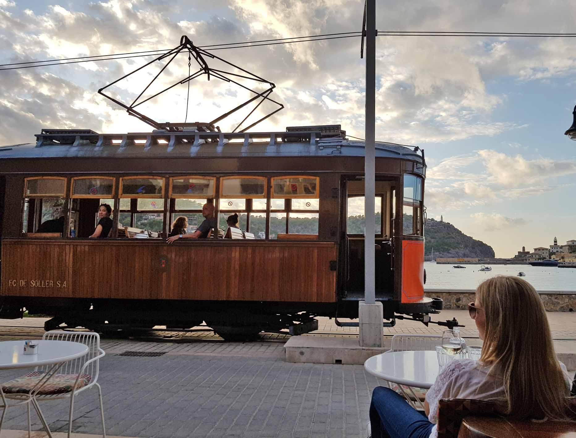 Port de Sóller: Noch im Oktober lassen sich im Café an der Promenade die schöne Aussicht auf die Bucht und die vorbeifahrenden historischen Straßenbahnen genießen. / Foto: Ingo Paszkowsky