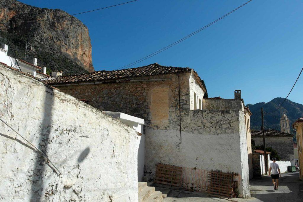 Jeder Winkel in Leonidio gibt den Blick frei auf die gigantische Hauptwand hoch über dem Ort / Foto: Christiane Hildebrandt