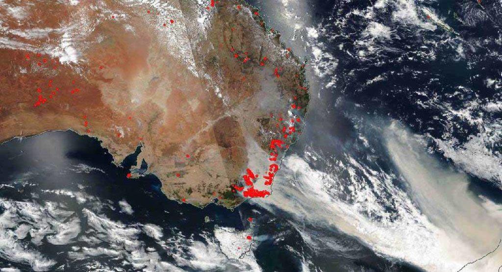 Brände im Südosten Australiens, aufgenommen am 1. Januar 2020 vom Satelliten Suomi NPP. Dieser ist ein Wetter- und Umweltsatellit der NASA und NOAA. / Image credit: NASA