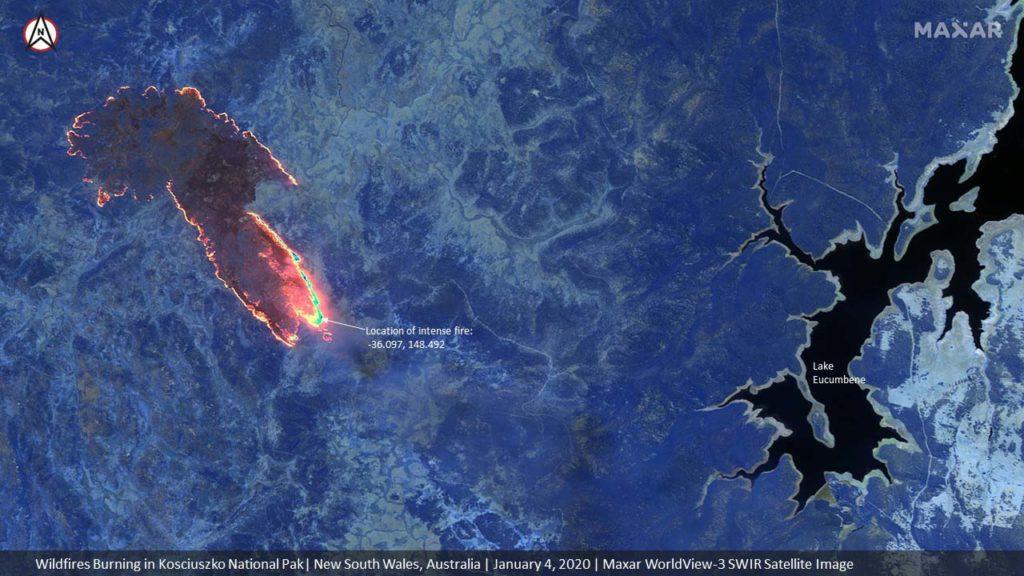 Waldbrände im Kosciuszko National Park im Bundesstaat New South Wales. Die SWIR-Aufnahme vom 4. Januar 2020 zeigt die Brände in der Nähe von Lake Eucumbene / Satellite image ©2020 Maxar Technologies