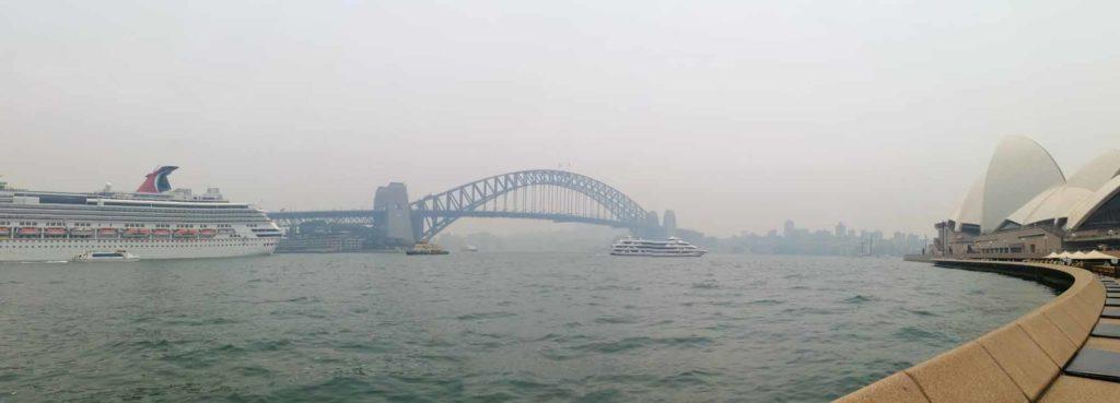 Rauch über Sydney. In Bildmitte die berühmte Sydney Harbour Bridge. Rechts das nicht minder bekannte Sydney Opera House. Aufnahme vom 21. Dezember 2019 / Foto: Emma Wolschendorf