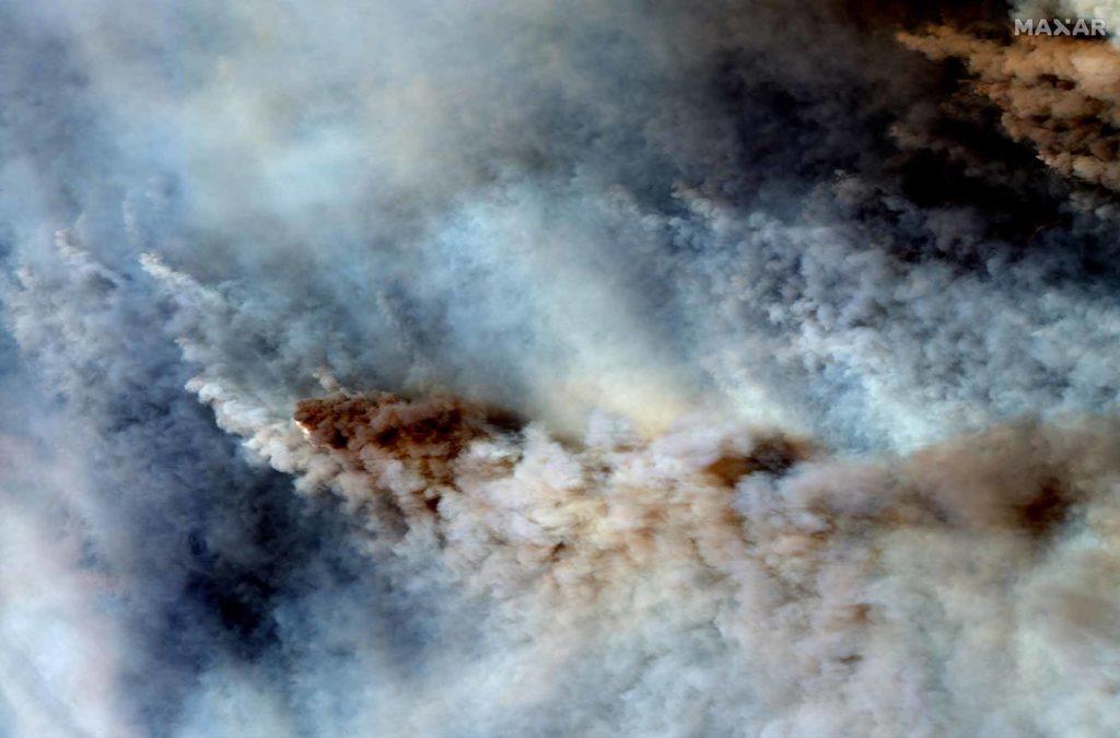 Dichte Rauchschwaden in der Nähe der Ortschaft Orbost im östlichen Gippsland im Bundesstaat Victoria in Australien. Farbaufnahme vom 4. Januar 2020 | Satellite image ©2020 Maxar Technologies