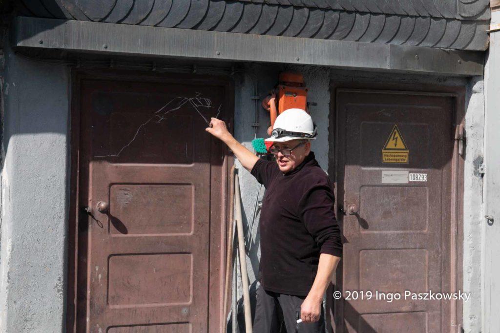 Schieferbergwerk Lotharheil: Kurze Unterweisung vom Chef, bevor es in der Berg geht. Manfred Teichmann führt den Familienbetrieb in vierter Generation / Foto: Ingo Paszkowsky