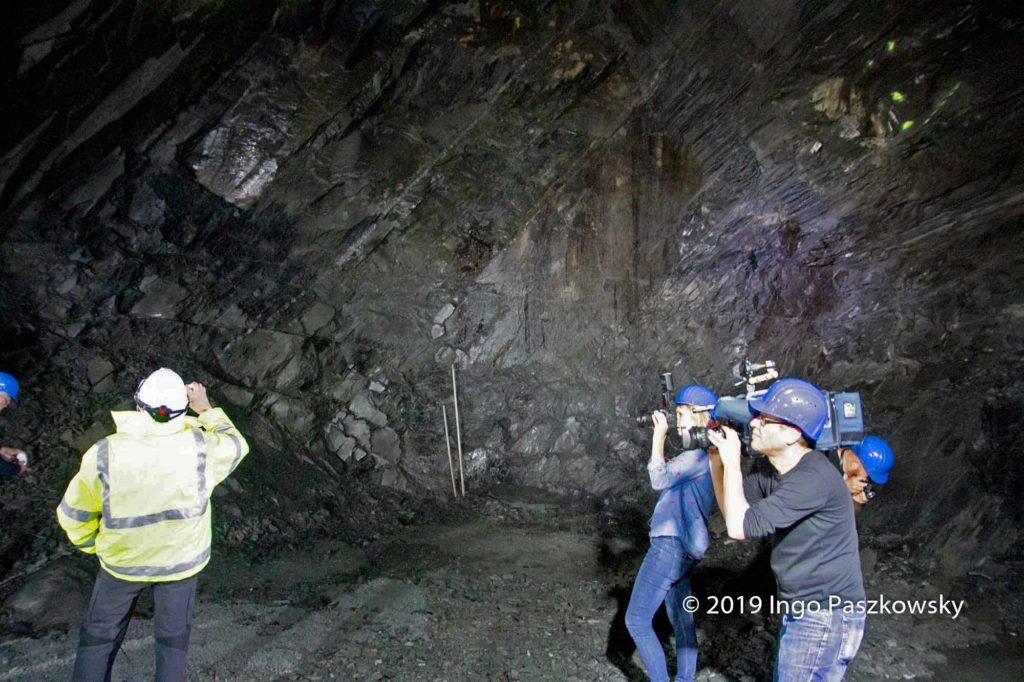 """Das Flöz hat eine Mächtigkeit von 14 bis 20 Metern und """"steht"""" in einem Winkel von 45 Grad in Richtung Nordwesten im Berg / Foto: Ingo Paszkowsky"""