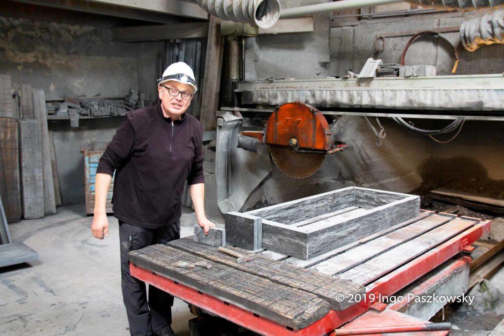 Schieferwerk Lotharheil & Teichmann, SchieferZentrum Inhaber: Manfred Teichmann. Dachschiefer ist im Angebot, wird nicht mehr selbst produziert. Stattdessen etwas gröbere Dinge wie Fußbodenplatten, Treppensteine etc. / Foto: Ingo Paszkowsky