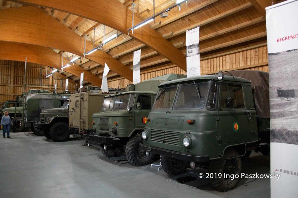 """Mauermuseum """"Little Berlin"""". Diese Fahrzeuge waren dabei, bei der """"Sicherung"""" der innerdeutschen Grenze. Zu besichtigen im Deutsch-Deutschen Museum Mödlareuth. / Foto: Ingo Paszkowsky"""