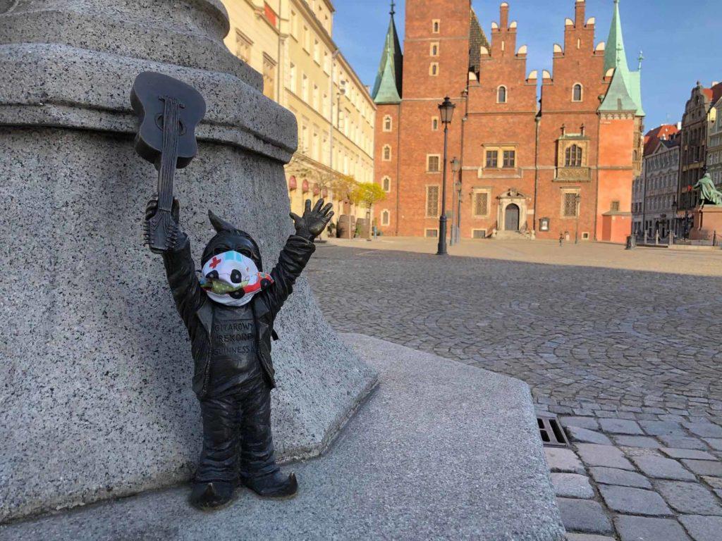 Wegen der Corona-Pandemie wird der Gitarrenzwerg am 1. Mai 2020 wohl alleine auf dem historischen Marktplatz von Wrocław (Breslau) sein und nicht dem HEY JOE der Jimi Hendrix-Fangemeinde lauschen können / Foto: Radek Michalski / Stadt Wroclaw