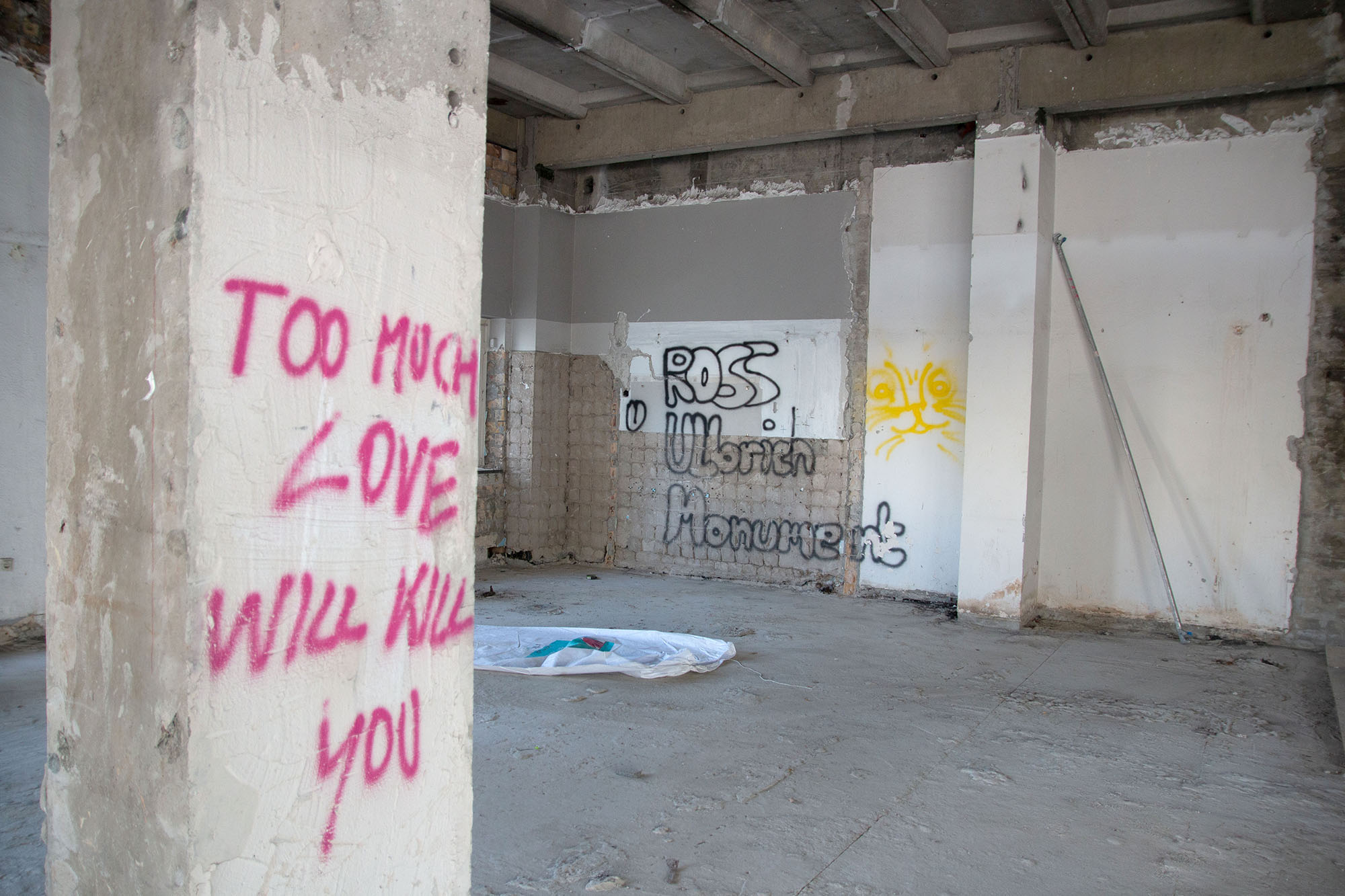 To much love will kill you. Allesandersplatz - das ehemalige Haus der Statistik / Foto: Ingo Paszkowsky