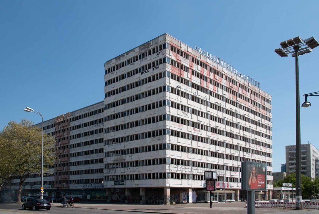 Das ehemalige Haus der Statistik wird kooperativ und gemeinwohlorientiert entwickelt. Im Erdgeschoss stellen zwischenzeitlich Künstler aus. / Foto: Ingo Paszkowsky