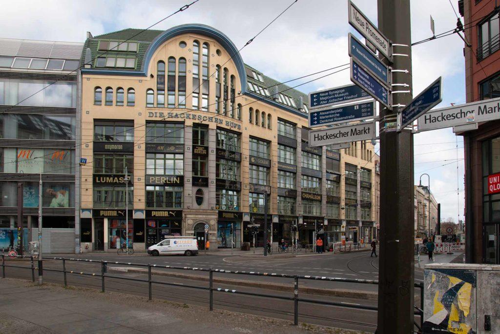 Wo sich sonst die Touristen drängeln - die Hackeschen Höfe in Berlin-Mitte am 3. April 2020.