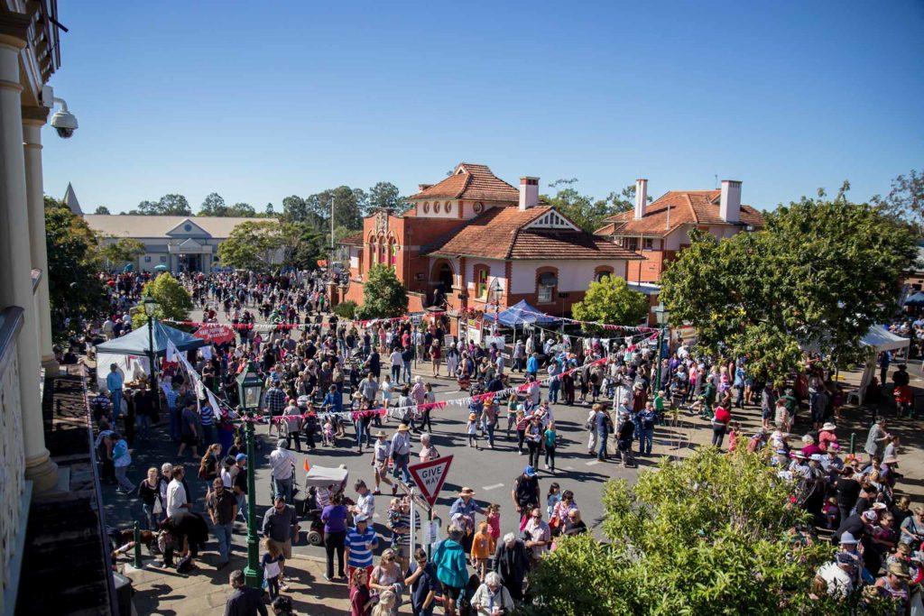 Mary Poppins Festival: Auf dieser Kultur- und Kunstveranstaltung, die in diesem Jahr vom 27. Juni bis 4. Juli stattfindet, prägen viele kostümierte Kindermädchen das Bild. / Foto: Tourism and Events Queensland / Glen David Wilson