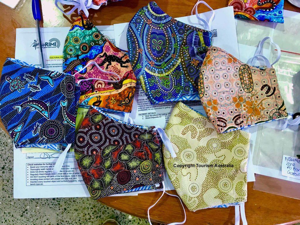 Handbemalte und waschbare Gesichtsmasken im Aboriginal-Design / Copyright Tourism Australia