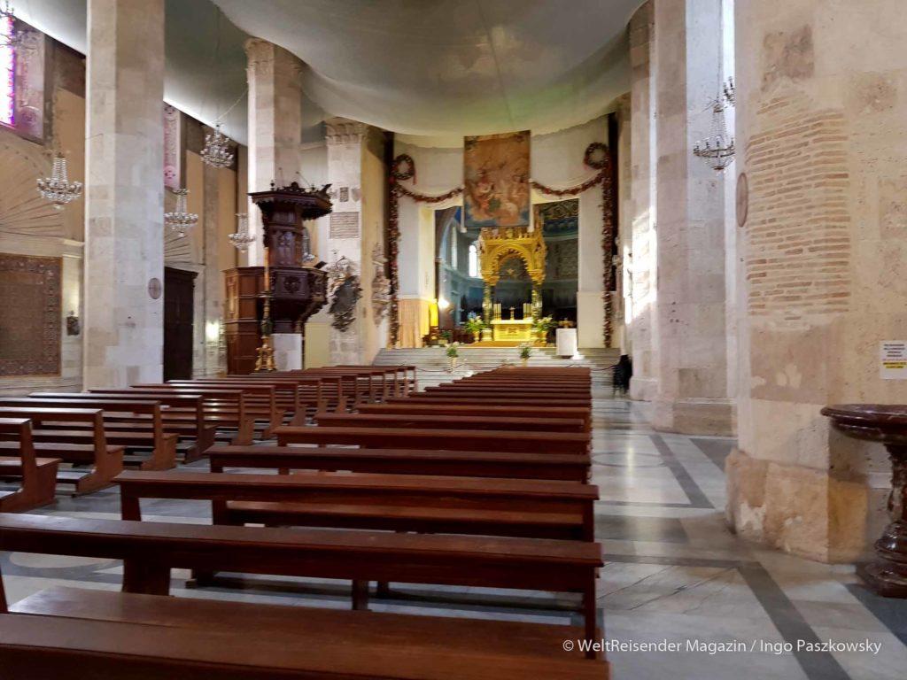 Die Cattedrale Sant'Emidio an der Piazza Arringo. Während des Baus, ging das Geld aus, deswegen hat die Kathedrale nur einen Turm. Derzeit wird restauriert. / Foto: Ingo Paszkowsky