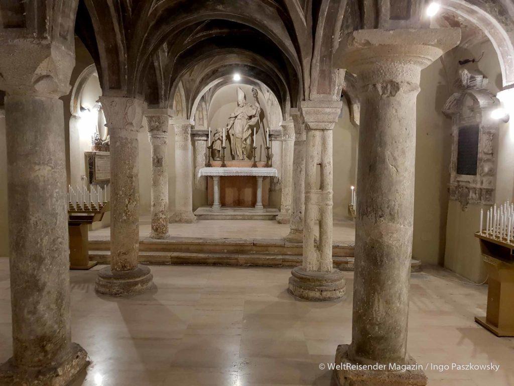 Elfschiffige Krypta des Doms Sant'Emidio an der Piazza Arringo / Foto: Ingo Paszkowsky