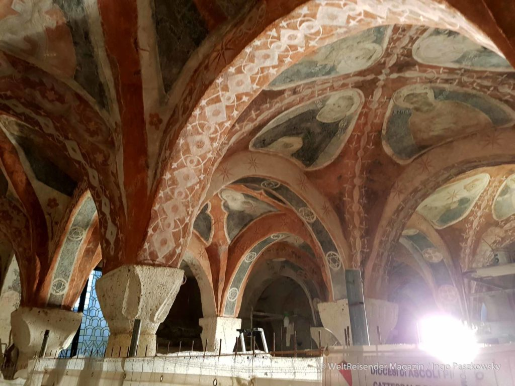 Elfschiffige Krypta des Doms Sant'Emidio an der Piazza Arringo. / Foto: Ingo Paszkowsky