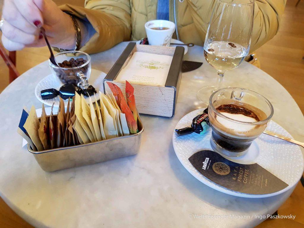 Antico Caffè Meletti an der Piazza del Popolo. Caffe Meletti 3,50€; Caffe Macchiato 2,50€ und Anisetta Classica 4,00€ / Foto: Ingo Paszkowsky