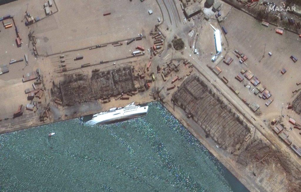 Nach der Explosion im Hafen ist das Kreuzfahrtschiff Orient Queen gesunken / Foto: Satellite image ©2020 Maxar Technologies