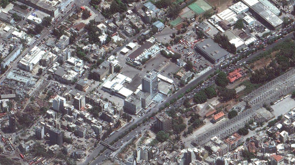 In vielen Gebäuden sind die Fensterscheiben zerborsten. Ein besonders große Scherbenhaufen liegt vor dem Gebäude in der Mitte des Bildes. Aufnahme vom 5. August 2020 / Foto: Satellite image ©2020 Maxar Technologies