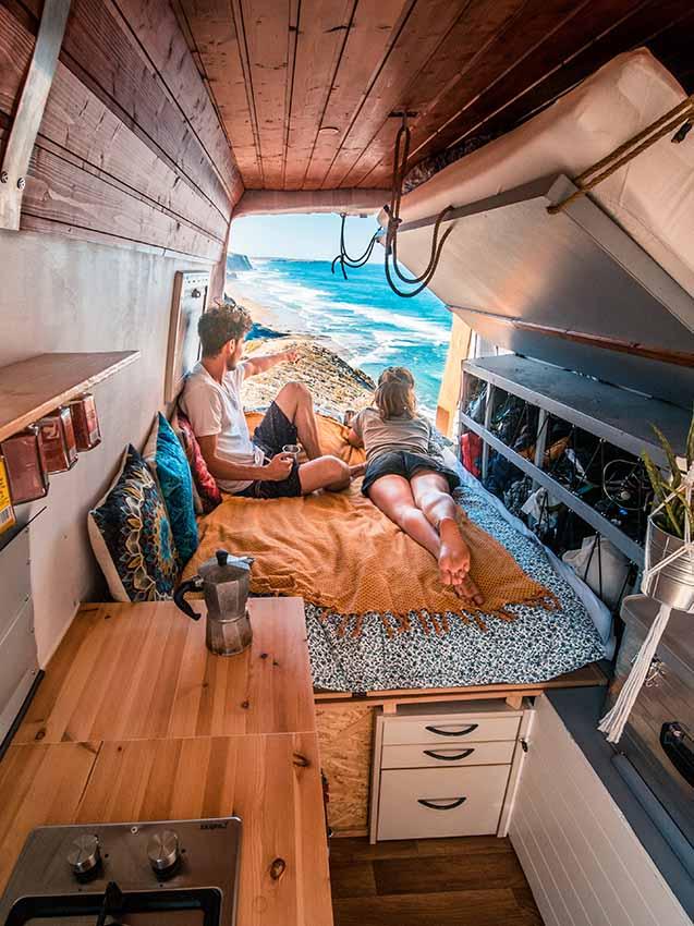 Beim Vanlife geht es gerade nicht darum, schon einen konkreten Ort oder einen Campingplatz auszuwählen, sondern sich erst einmal Gedanken zu machen, in welche Richtung es gehen soll. / Foto: Jochen-Schweizer.de / Sebastian Schieren