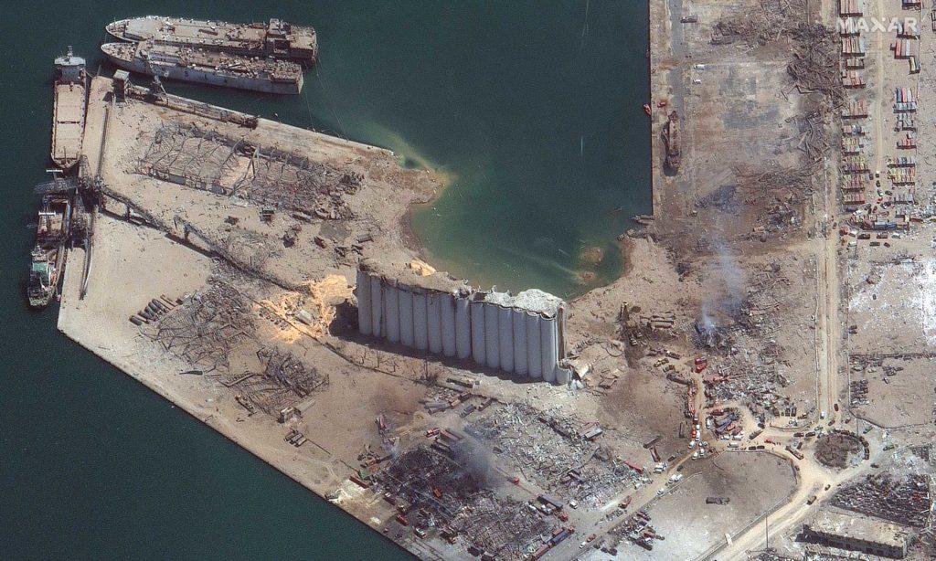 Der Hafen von Beirut einen Tag nach der Explosion. Der Explosionsort aus einer anderen Perspektive / Foto: Satellite image ©2020 Maxar Technologies