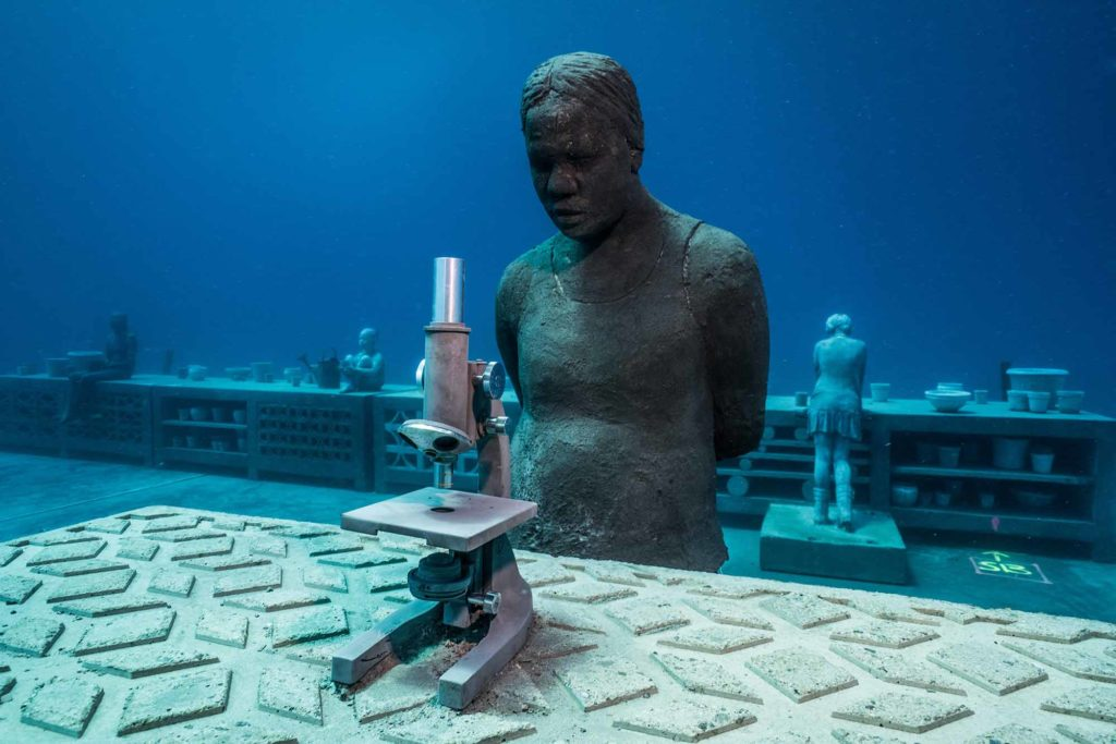 """Die mehr als 20 """"Riff-Wächter""""-Skulpturen (Reef Guardians) und weitere Kunstwerke wurden am geschützten John Brewer Reef vor der australischen Nordostküste, 70 Kilometer vor Townsville, installiert. / Photo Credit: Jason deCaires Taylor"""