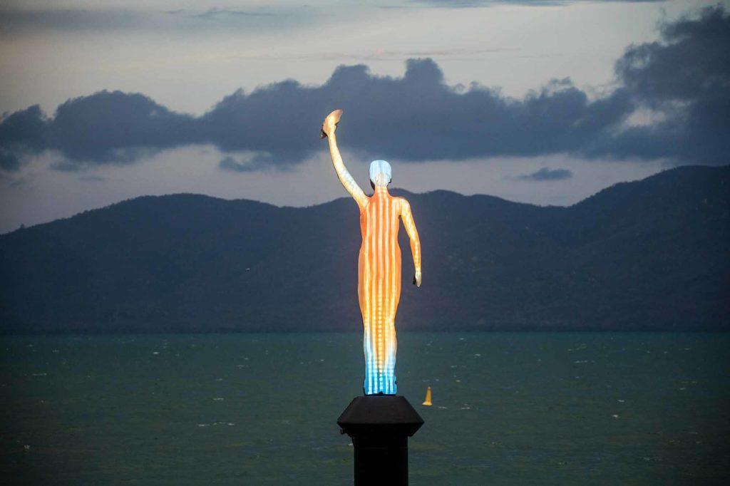 """An der Uferpromenade von Townsville (The Strand) hat deCaires Taylor die """"Ocean Siren"""" errichtet – eine vier Meter aus dem Meer ragende, solarbetriebene Skulptur, ausgestattet mit speziellen Lichteffekten. / Photo Credit: Jason deCaires Taylor"""