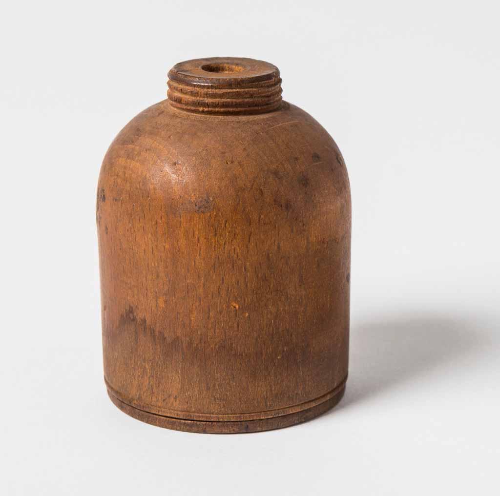 Kleine Holzflasche mit abnehmbarem Boden, die von Dr. Ludwig Leichhardt zur Aufnahme von Quecksilber für den künstlichen Horizont (artifical horizon) verwendet wurde. Sie wurde auf seiner ersten Reise nach Port Essington mitgenommen. / © Queensland Museum, Gary Cranitch
