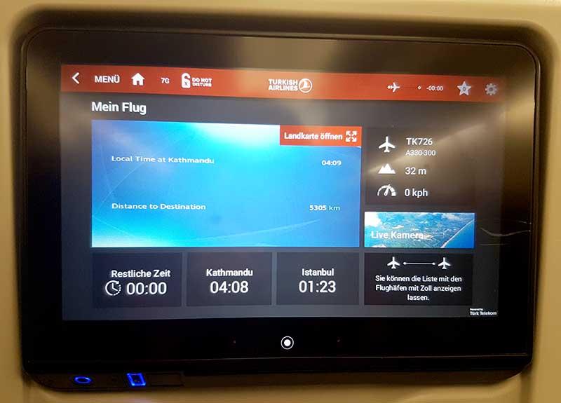 Auch im A330-300 von Turkish Airlines nach Nepal ist die Menüführung des Unterhaltungssystems in deutscher Sprache. Foto: WeltReisender.net / Stefanie Gendera