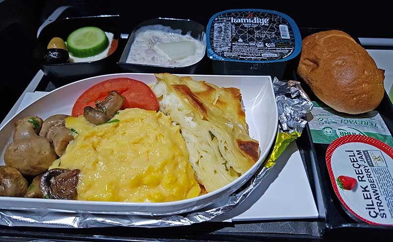 Sieht lecker aus. Flug TK726 von Istanbul nach Nepal. Foto: WeltReisender.net / Stefanie Gendera