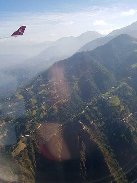 15 Minuten Verzögerung bei der Landung, deshalb Extrarunde über die Berge. Foto: WeltReisender.net / Stefanie Gendera