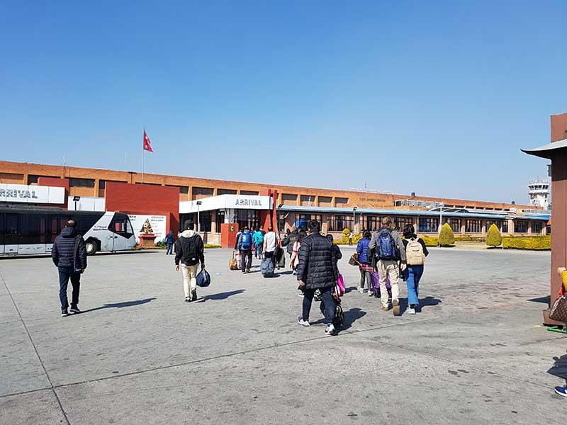 Man braucht etwa anderthalb Stunden, um aus dem Flughafen Kathmandu heraus zu kommen. Foto: WeltReisender.net / Stefanie Gendera