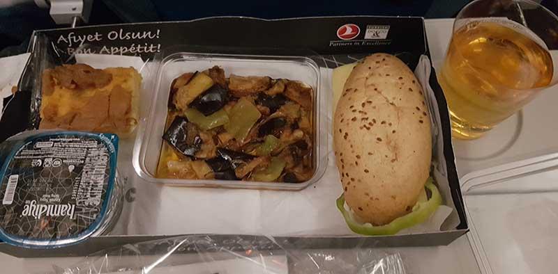 Snack im Flug TK727 von Kathmandu nach Istanbul. Foto: WeltReisender.net / Stefanie Gendera