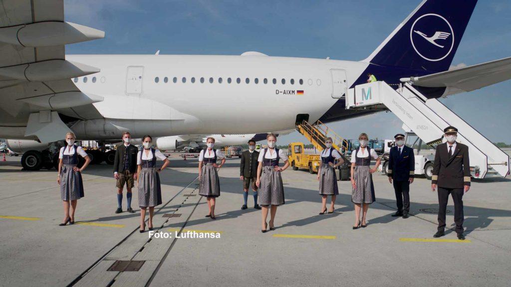 Die Tracht der Lufthansa Langstreckencrews wurde vom Münchner Trachtenspezialisten Angermaier entworfen: Das Wiesn-Dirndl der Flugbegleiterinnen ist dunkelblau mit silbergrauer Schürze, die Herren tragen eine kurze Lederhose mit dunkelblauer Weste im Stoff des Dirndls. / Foto: Lufthansa