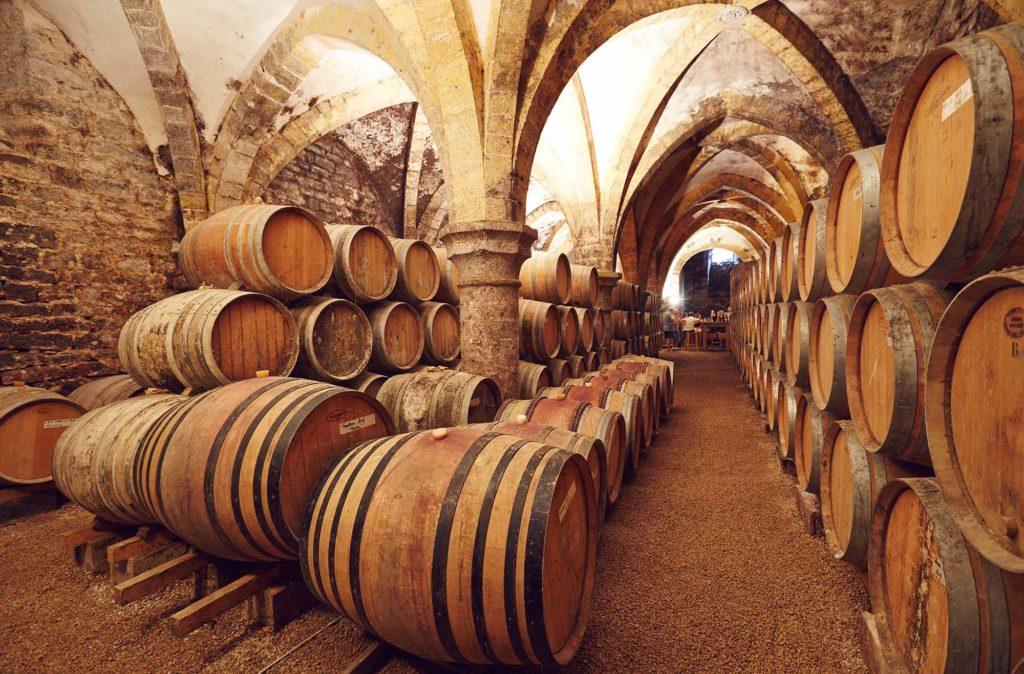 Weinkeller in Arbois / Foto: M.COQUARD et E.DETREZ Bestjobers / Bourgogne-Franche-Comte Tourisme