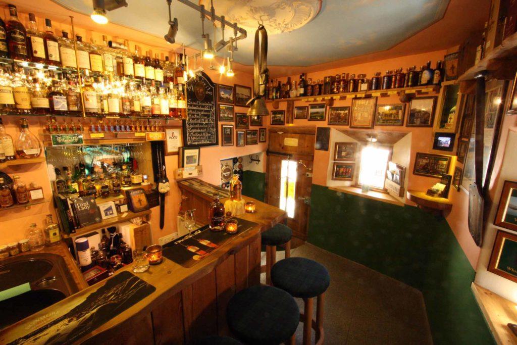 Zu Corona-Zeiten nicht wirklich eine Empfehlung: Die vermutlich kleinste Whiskybar der Welt / © Smallest Whisky Bar on Earth