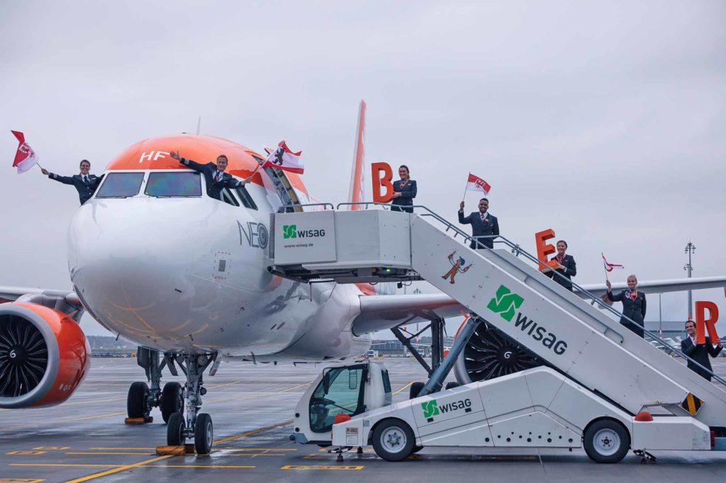 Der erste easyJet-Flieger mit der Sonderflugnummer EJU 3110 landete am 31. Oktober 2020 pünktlich um 14 Uhr als erster am BER. Eine geplante zeitgleiche Landung mit der ersten Lufthansa-Maschine war aufgrund der aktuellen Wetterbedingungen nicht möglich, da eine Landung auf Sicht auf der südlichen Landebahn vor der offiziellen Inbetriebnahme am 4. November 2020 nicht möglich ist. Der treibstoffeffiziente Airbus 320neo wurde feierlich mit Feuerwehrtaufe und von Vertretern aus Politik, Industrie und Medien empfangen. / © easyJet