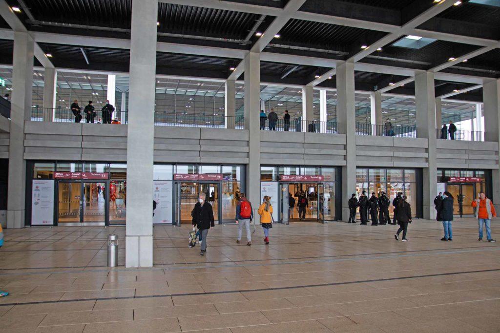 Eingang zum Terminal 1 vom Willy Brandt Platz / Foto: Ingo Paszkowsky