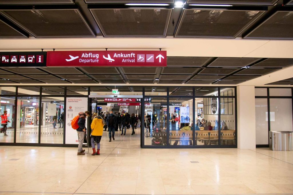 """Direkt unter dem Terminal 1 befindet sich der neue, sechsgleisige Bahnhof """"Flughafen BER Terminal 1-2"""" mit drei Bahnsteigen / Foto: Ingo Paszkowsky"""