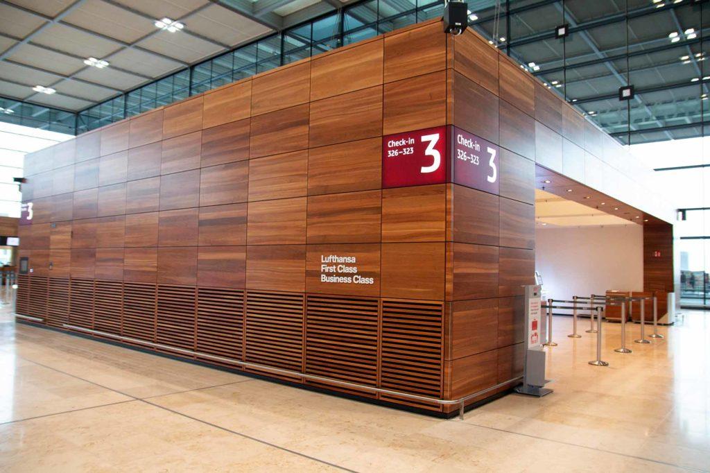 Lufthansa Check-in für First Class und Business Class in Nussbaum-Holz / Foto: Ingo Paszkowsky
