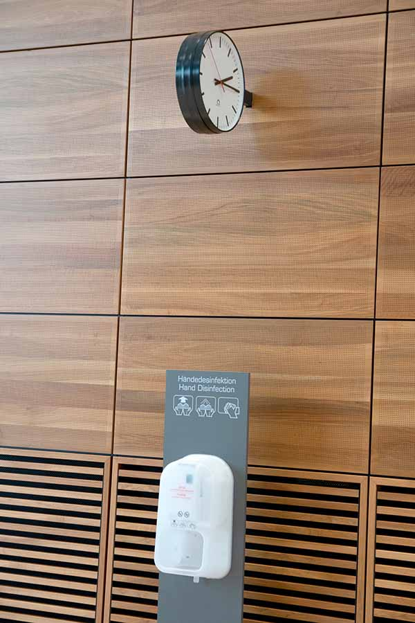 BER, Terminal 1, überall stehen Automaten zur Händedesinfektion. / Foto: Ingo Paszkowsky
